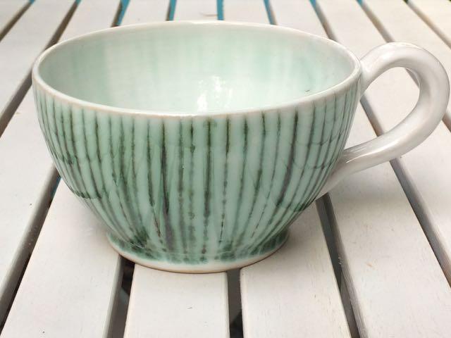 Keramiktasse mit Kupferoxid-Scraffito
