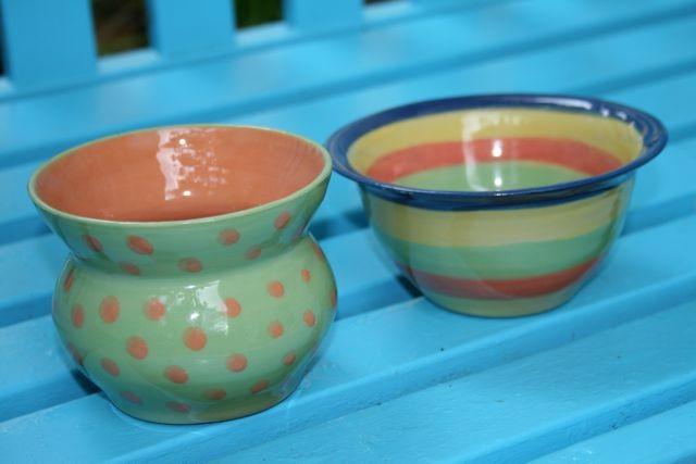 Gafäße in fröhlichen Farben