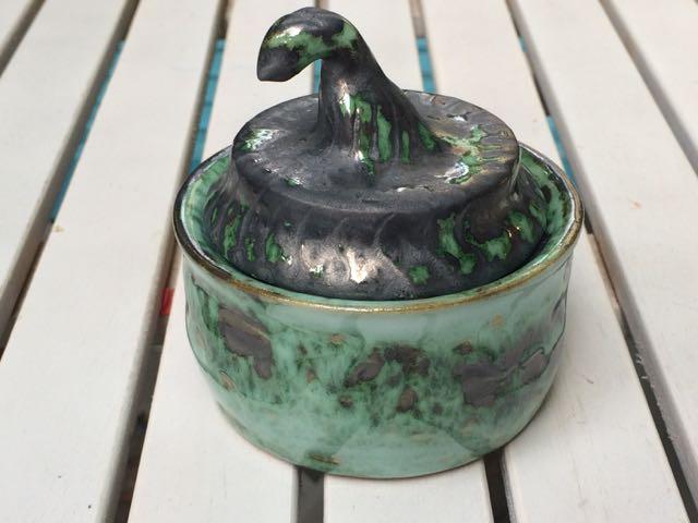 Keramikdose - Zinnglasur mit Kupferoxid - Unterlage