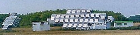 GRAVES besteht aus vier 15 x 6 m großen geneigten Phased-Array-Antennen und arbeitet mit einer Sendeleistung von einigen 100 KW