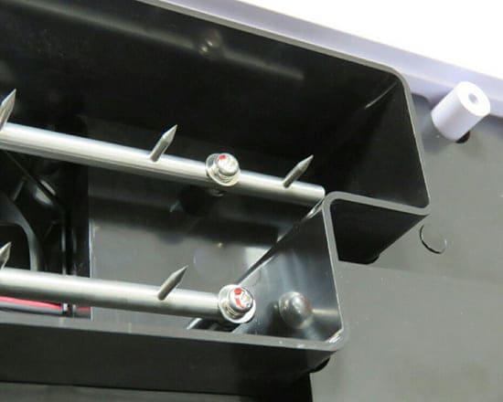 針の先からイオンが作られ発射されます