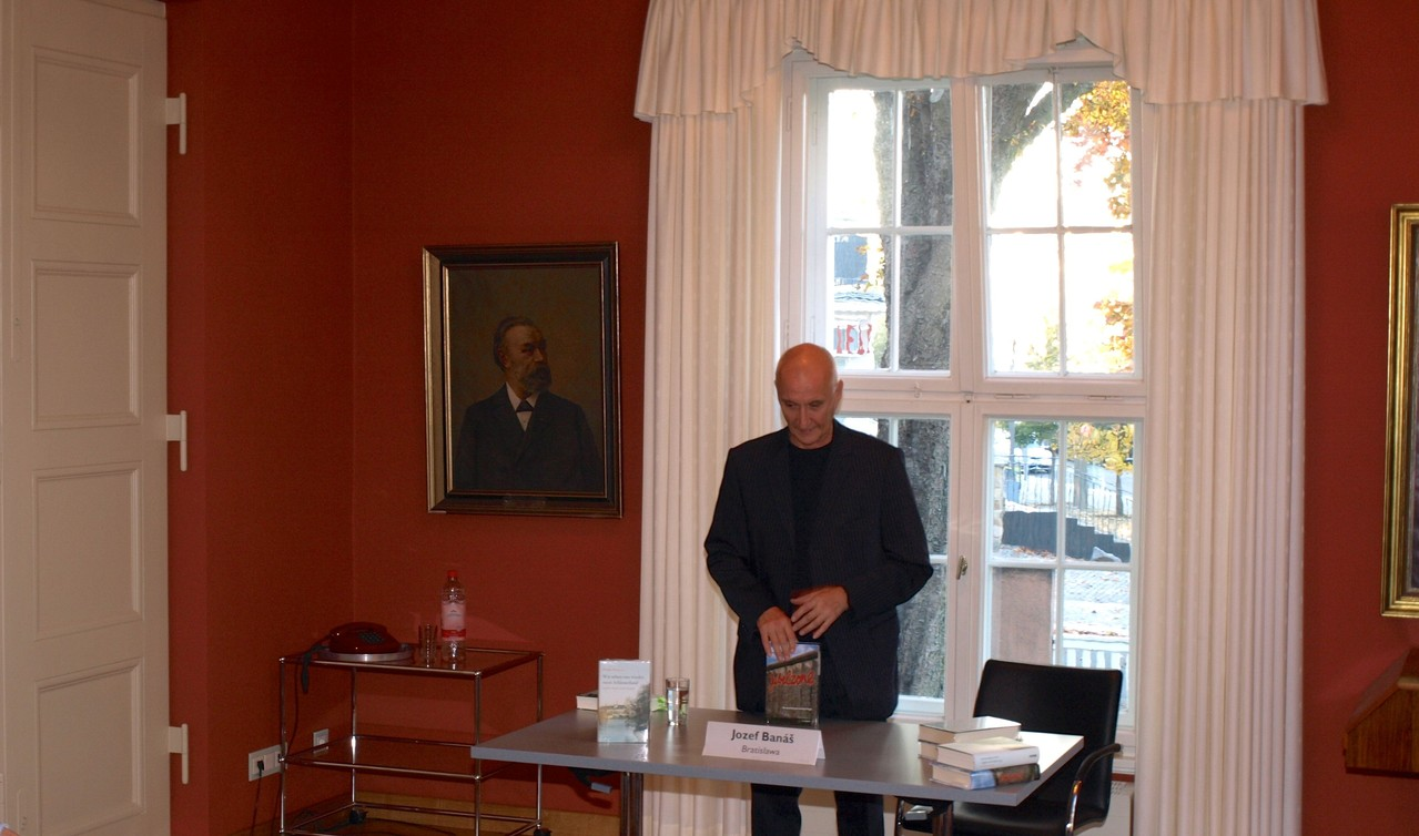Jozef Banás am Beginn seiner Lesung