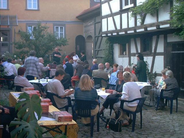 Bild: Erste Lesung von Helene Luise Köppel im Künstlerhof Schweinfurt-Oberndorf