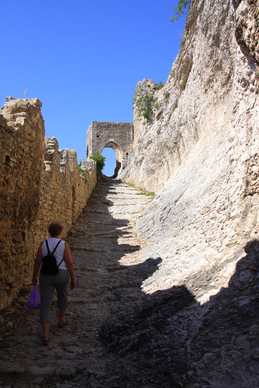 Bild: Ausgetretene Felsstufen zur Schlossruine und zum Stausee, Saint-Saturnin-les-Apt