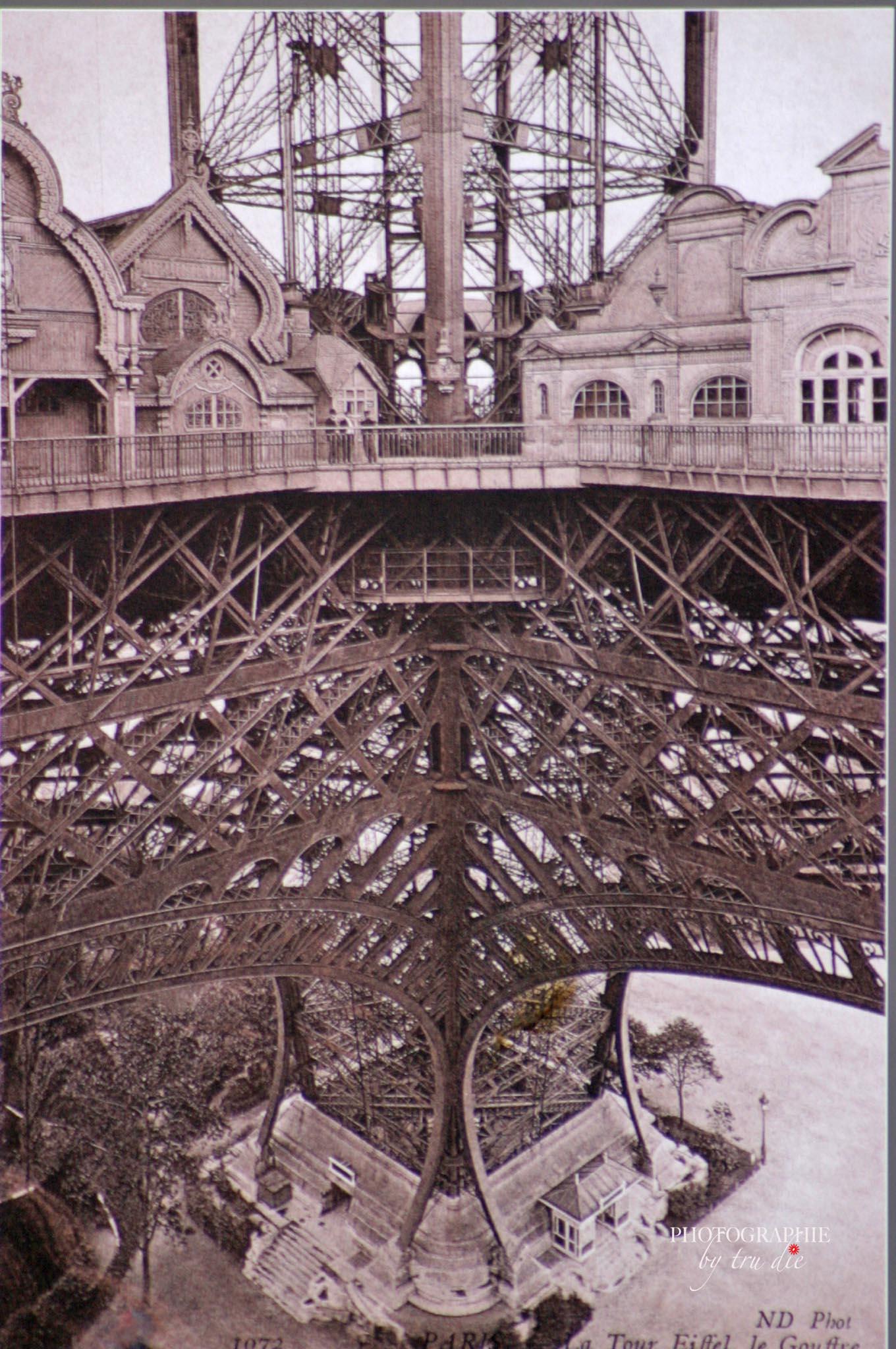 Bild: Foto der alten ausgestellten Fotos auf dem Eiffelturm