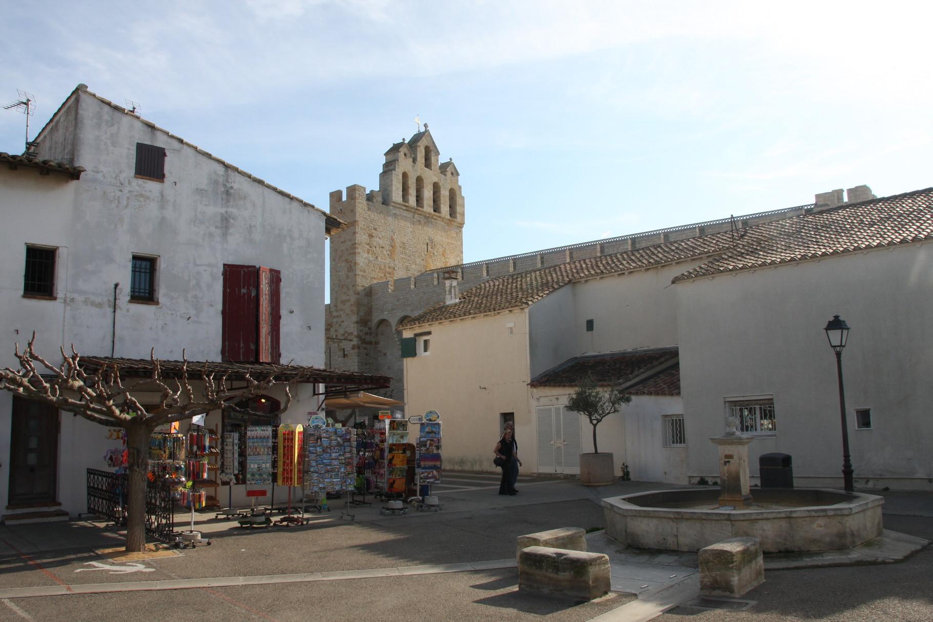 Bild: Brunnen mit Blick auf Kirche in Saintes-Maries-de-la-Mer