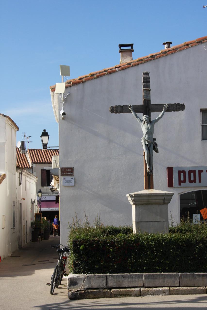Bild: Kreuz vor der Kirche von Saintes-Maries-de-la-Mer