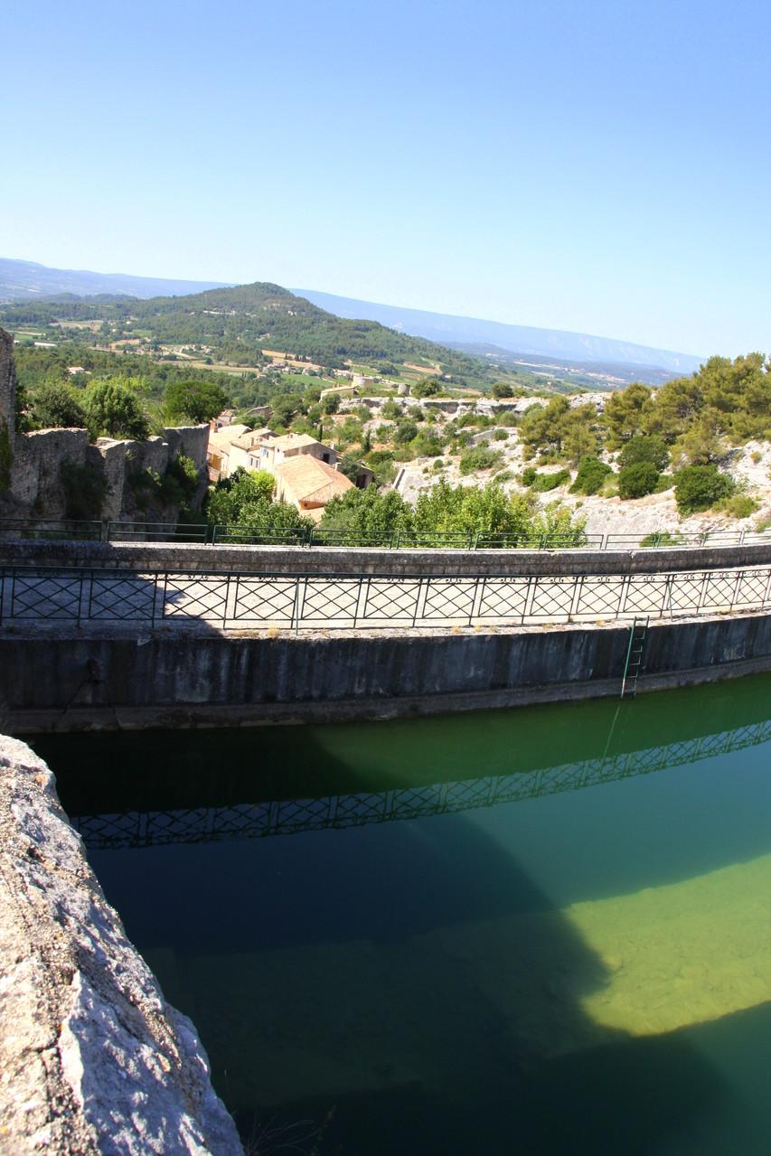 Bild: Stausee mit Staumauer und Blick auf Saint-Saturnin-les-Apt