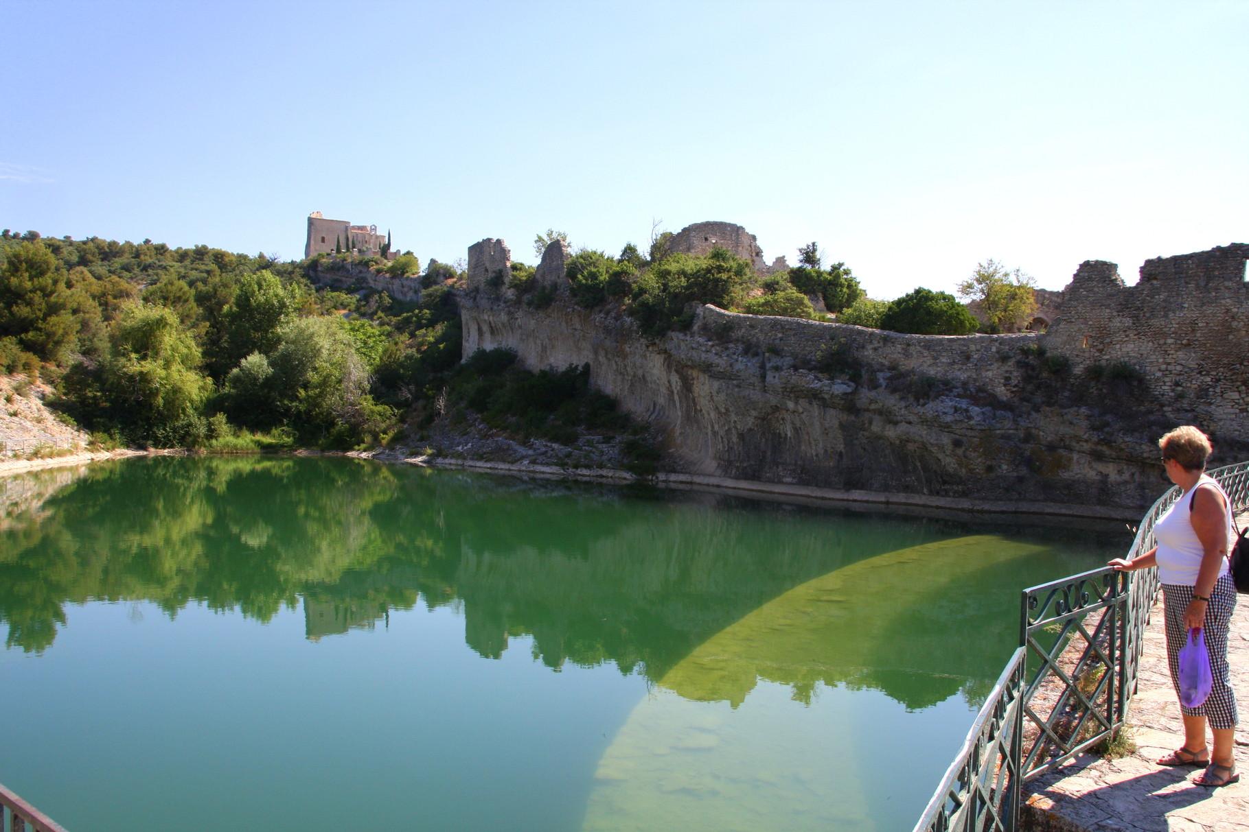 Bild: Stausee mit Blick auf die Schlossruine Saint-Saturnin-les-Apt