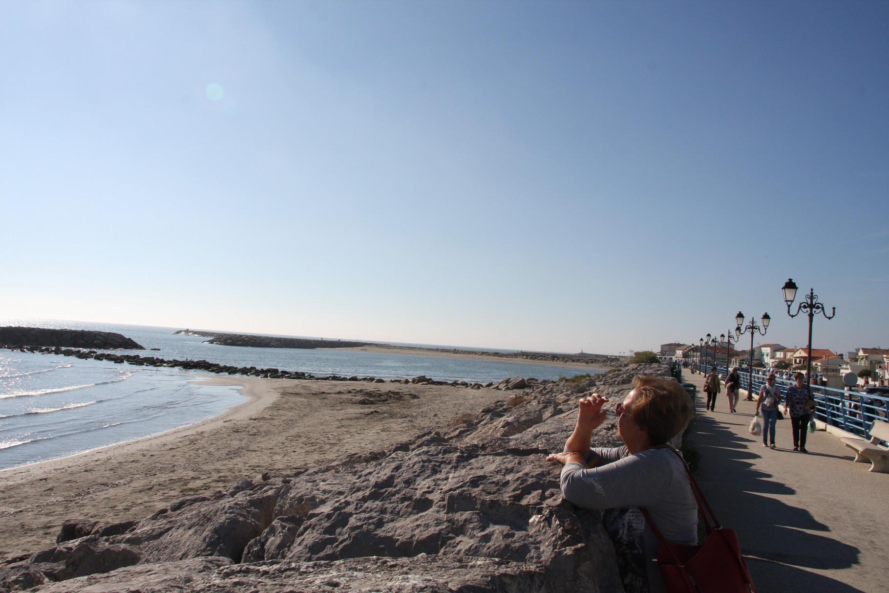 Bild: An der Strandpromenade in Saintes-Maries-de-la-Mer