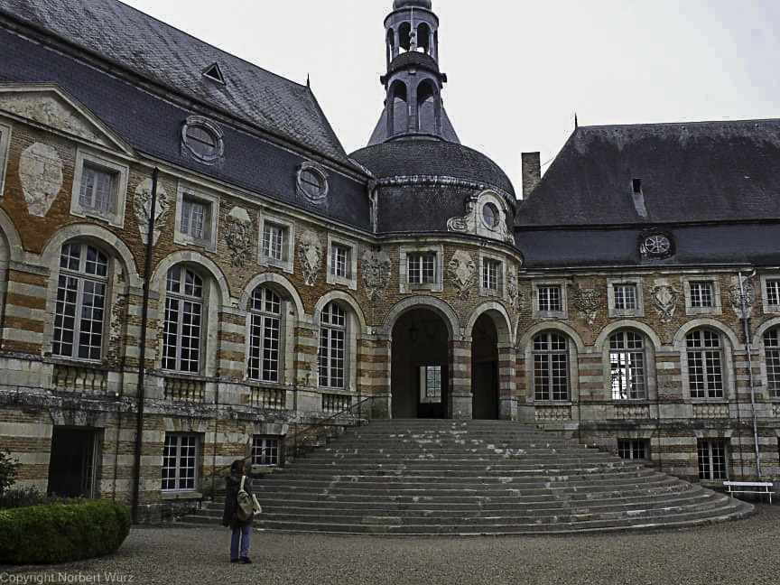 Bild: Im Innenhof des Château de Saint-Fargeau