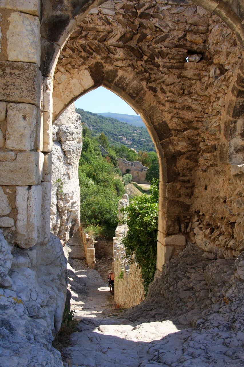 Bild: Tor in welchem die Steine des Bogen im Fischgrätenmuster gesetzt sind, Saint-Saturnin-les-Apt