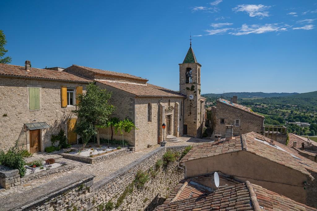 Bild: Blick zur Kirche und dem Weg in das Dorf
