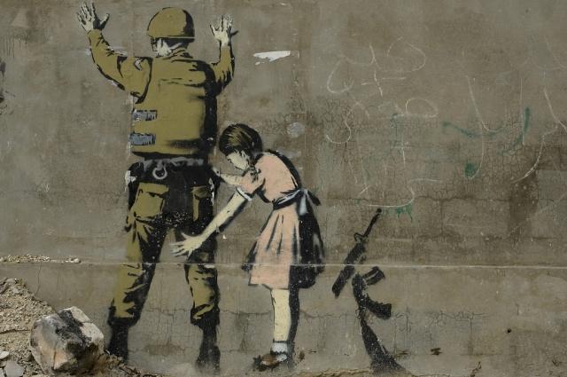 BANKSY, La petite fille et le soldat, graffiti