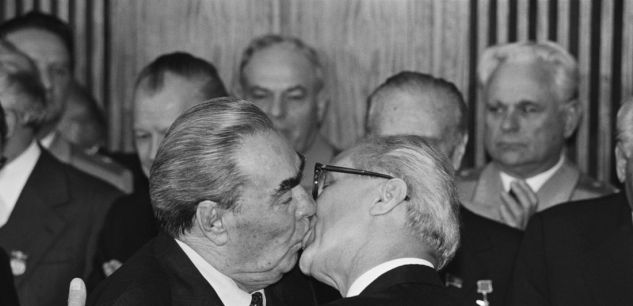 Régis BOSSU, photographie de Brejnev et Honecker, 7 octobre 1979 (à l'occasion du 10è anniversaire de la RDA)
