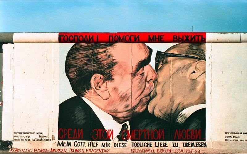 """Dmitri VRUBEL, """"Mon Dieu, aide-moi à survivre à cet amour mortel"""", 1979, peinture murale (Baiser fraternel)"""