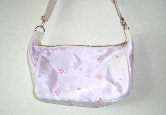 サテン風の上品な小花の刺繍のショルダーバッグです、使いやすい大きさですよ。
