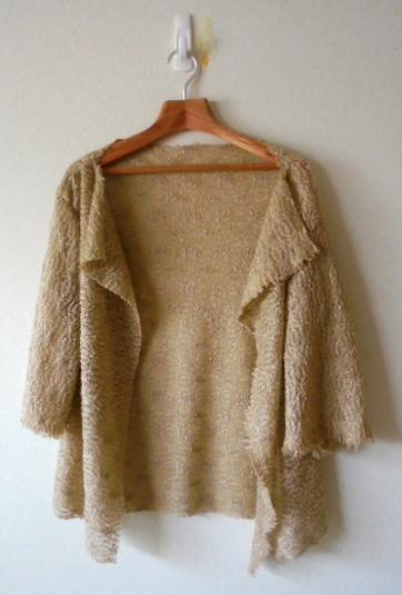 ストール風に羽織れるデザインですが、袖があるので着やすいです、何にでも合います。