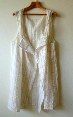生成りに金糸の花柄の刺繍のベストです、ロココ調のイメージですが、カジュアルな服にも合います。