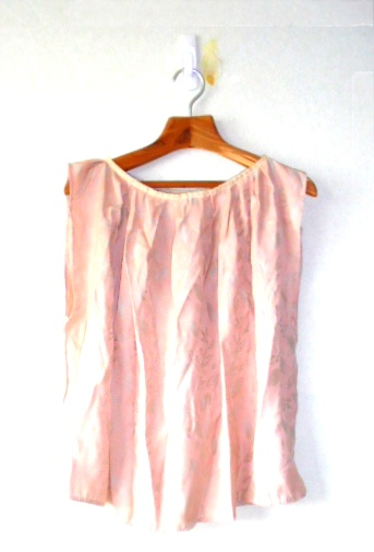 *ポリエステル素材のシックなピンクのギャザーカットソーです、パンツにもスカートにも合いますよ。