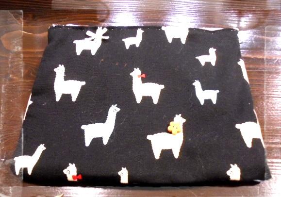アルパカさんがかわいい💞シックな生地で作りました、ボタンや刺繍でデコってみました、マチ無しですが大きめなので実用的です。