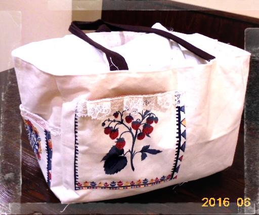 洋裁教室で仕上げた一個目の作品です、どデカイトートバックです、帆布がメインでイタリア製のコットン生地がポイントです。