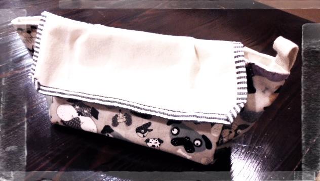 ファニーなわんこ柄のラミネート生地で作った横長のポーチです、結構な収納力です。
