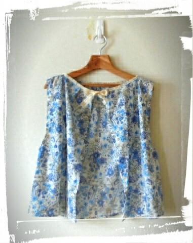 これは、大人っぽい細かい描写の花柄です、淡いブルーがエレガントです、デザインはあえて可愛くボレロのようなベストのような...ショート丈なのでワンピースでもスカートでもパンツでも合いますね。