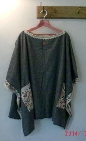 イタリア製のウールで仕立てたマントです、リバティ生地とリバーシブルで着ることができます、コーディネイトし易いデザインです。