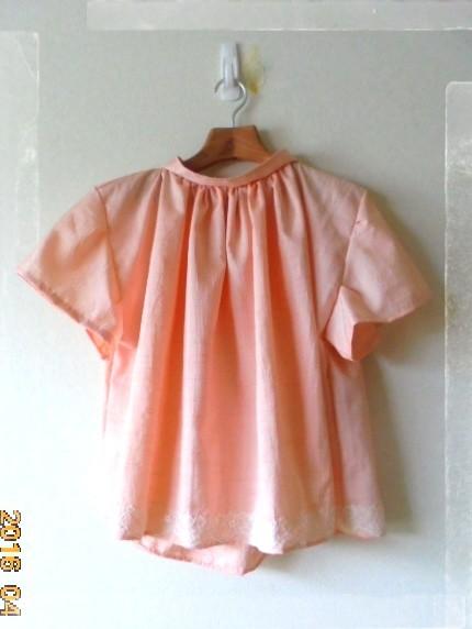 桜色のプルオーバーのようなカットソーです、襟元のギャザーがアクセントです。