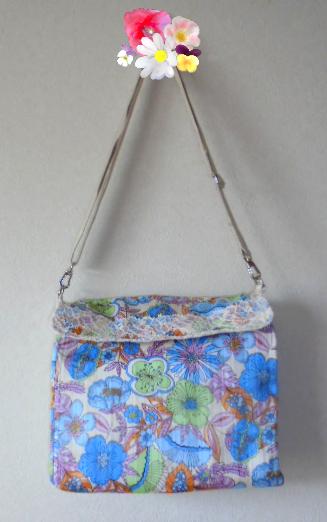 きれいな花柄にカジュアルな帆布の組み合わせです、ベルトを外せばバックインバックとしても使えます。