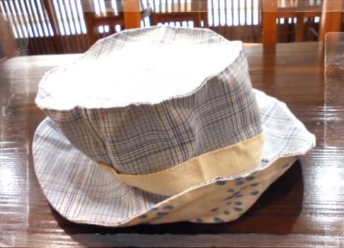 ブルーと白の爽やかなチェック柄のコットン生地と内布はしずく柄のコットン生地を合わせたレトロブリトンです、コバステッチでかっちり仕上げました。
