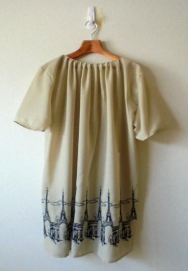 衿元のタックがポイントです、袖はフレンチスリーブ風でふんわりと仕上げました。