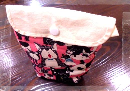 ファニーなわんこ柄の生地で縦長のポーチを作ってみました、意外に使いやすいですよ。
