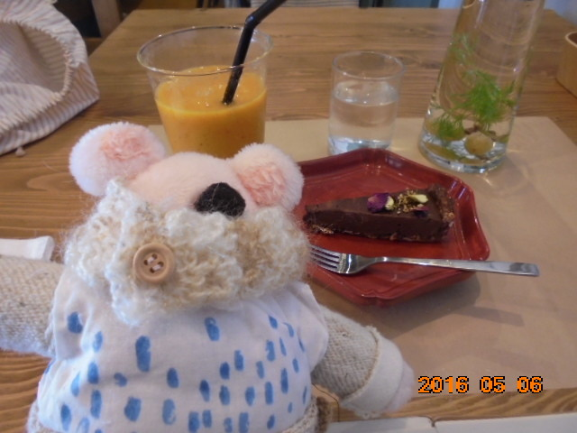 🍓いちごです、ローフーズのチョコレートケーキとオレンジのスムージーは合うね~っ♡🍊