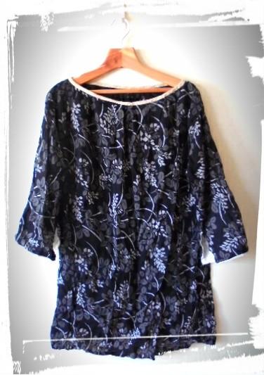 シックな黒の花柄のチュニックです、シャツ風のデザインできやすい短めの着丈です。