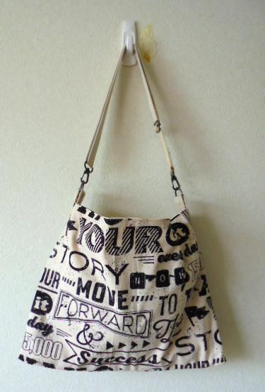 スタイリッシュなテキスタイル柄のバッグです、マチなしのすっきりしたデザインで使いやすいです。