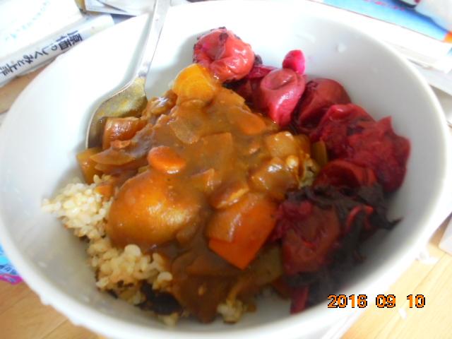 *玄米ご飯にカレーに、何故か頂き物の手作りの梅干しとなります、美味しかったです。