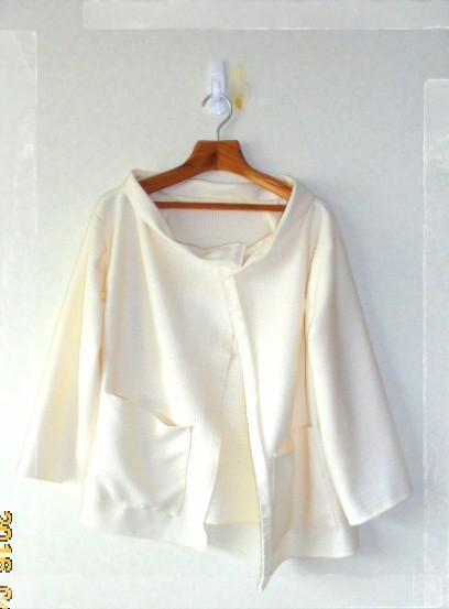 ジャケット風にも着れるカーディガンです、綿とポリエステルの混合の素材で着心地は抜群です、生成りでナチュラルに着こなせます。