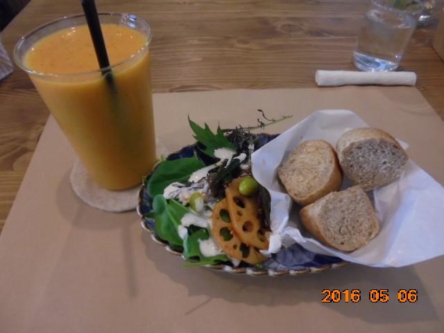 オレンジと野菜のスムージーと穀物パンとサラダです、ヘルシーで美味しい(๑´ڡ`๑)