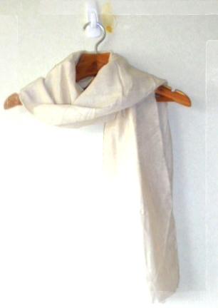 *生成りのコットン生地のストールです、冬でも暖かく使え、シンプルなので何にでも合います。
