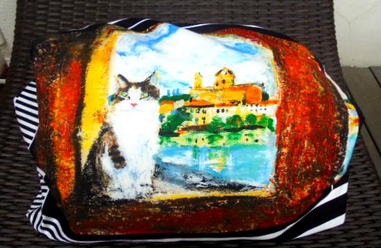 こちら側はエレガントな猫の柄です、絵画のようで癒されます。