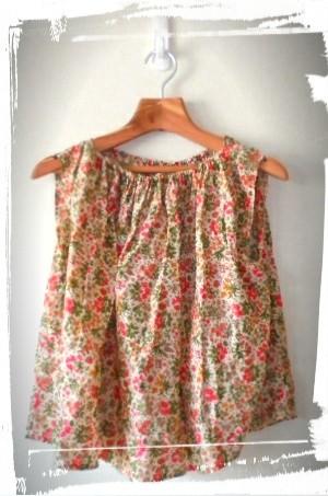 ラブリーな小花のギャザーチュニックです、着るとかわいいです。