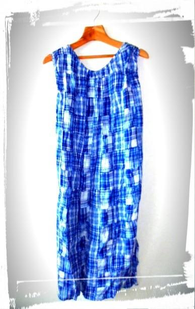 爽やかなブルーの綿チュニック、パッチワーク風の柄で着丈はロングです。