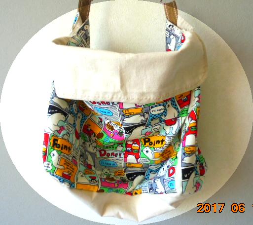 帆布で蓋を付け、ファスナーもついているので安全です、形はシンプルな横長のタイプでマチも広め、書類は余裕で収納できます。
