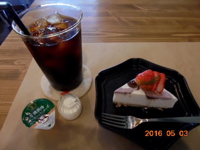 デザートもお得なプラス料金で頂けます、アイスコーヒーはランチとセットです、ローフードの本格的なスイーツです、これはストロベリーチーズケーキです🍓