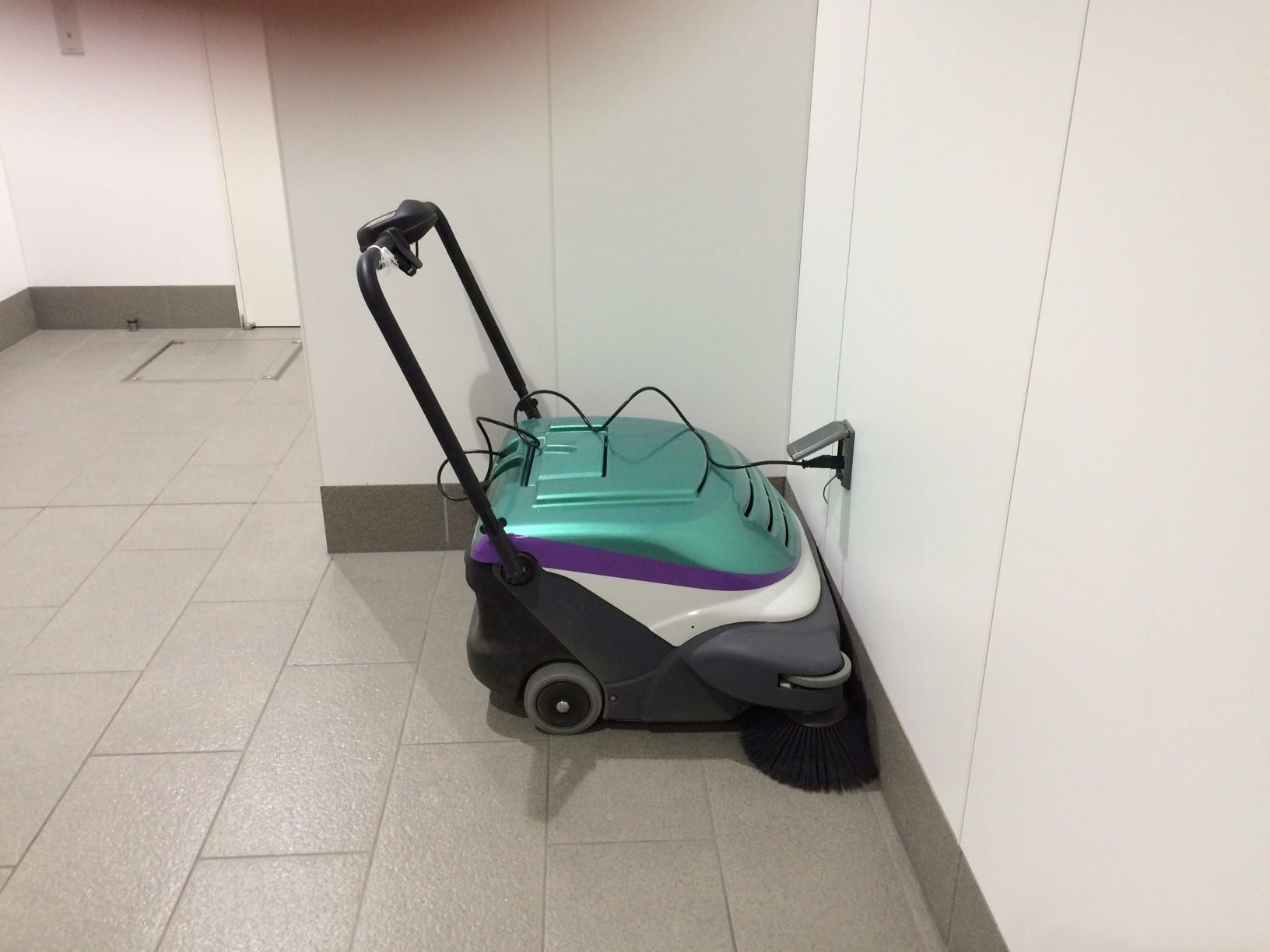 充電中の掃除機発見 これも新幹線とおなじ配色(?)