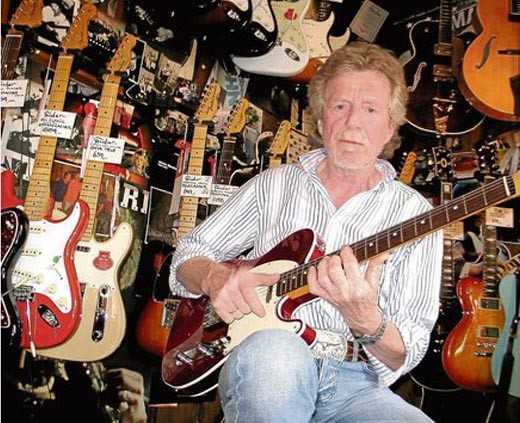 """""""Ich hab´ nix gemacht"""", sagt Leslie Link. Das stimmt natürlich nicht. Der heute 63-Jährige Gitarrist spielte in den 60ern und 70ern in deutschen Star-Bands. Seit 1976 hängt in seinem eigenen Laden quasi der Himmel voller Gitarren."""