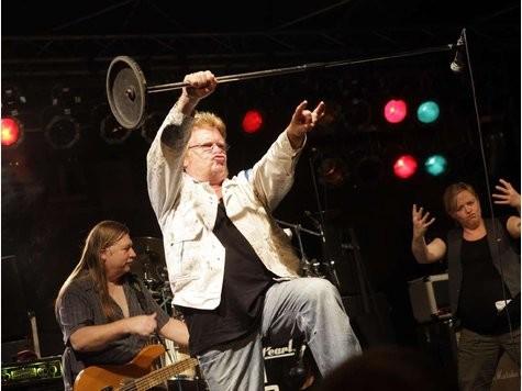 """Auch """"Best-Ager"""" wie Monotones-Sänger Peter Osterwold (60) beherrschen das """"Rock-Posing"""", Kerstin Pfau und Joky Becker helfen."""