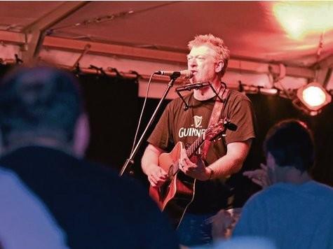 Charismatischer Sänger mit Whiskystimme: Mit seinem Irish-Folk-Rock trifft Paddy Schmidt die richtige Tonart für die Sommerspiele im Biergarten hinter der Stadthalle.